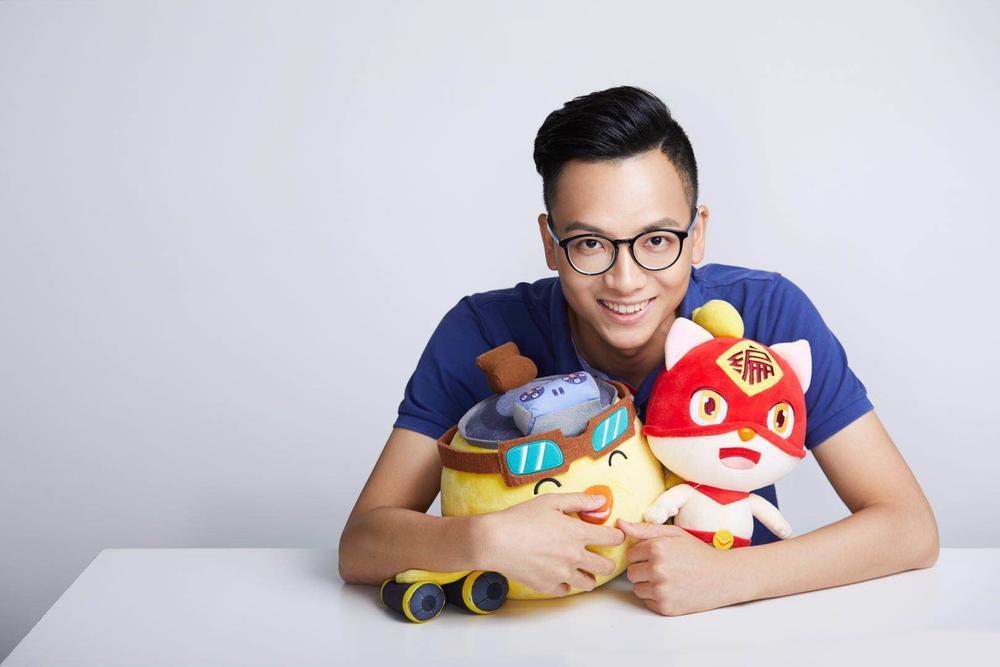 """李天驰怀里抱着两个""""编程猫""""平台的吉祥物。"""
