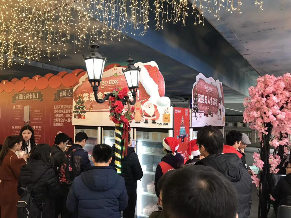 """""""轻购云""""智能售货柜在去年平安夜落地武汉楚河汉街,引来一波围观。"""