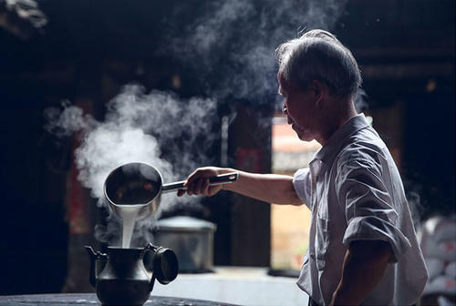 他溯300年古法 引冷冽山泉酿15种米酒 醉得10万真爱粉 年营业额200万