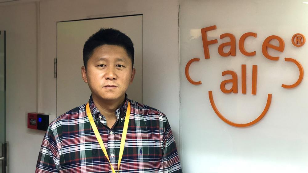 除了负责公司事务外,董远还担任北京邮电大学教授一职。