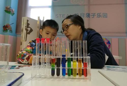 他的知识启蒙课让孩子边玩边学 涵盖12主题100科学实验 已售20套