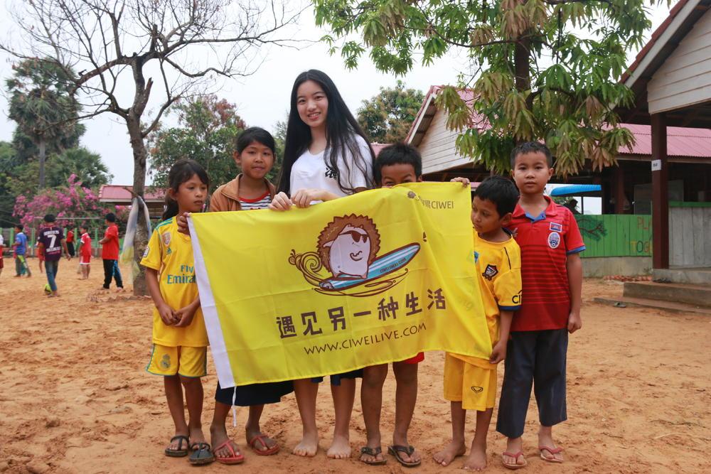 """""""刺猬体验""""的志愿者在巴厘岛支教。"""