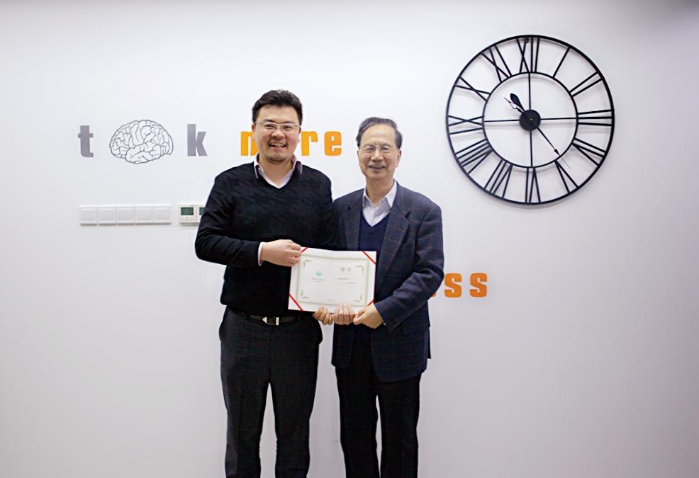 卢臻(左)为中国科学院院士张钹颁发深醒科技首席科学家聘书。