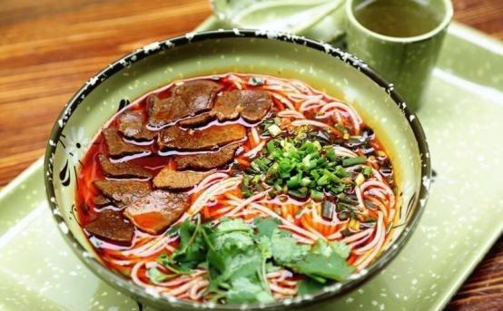 """网红品牌""""食得火红汤牛肉粉""""创始人成明表示,得益于共享厨房团队可以减少很多后顾之忧,可以把更多时间精力放在产品质量和服务上。"""