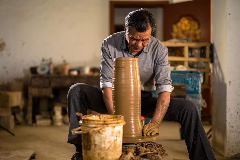 界首彩陶传承人卢群山曾师从韩美林。