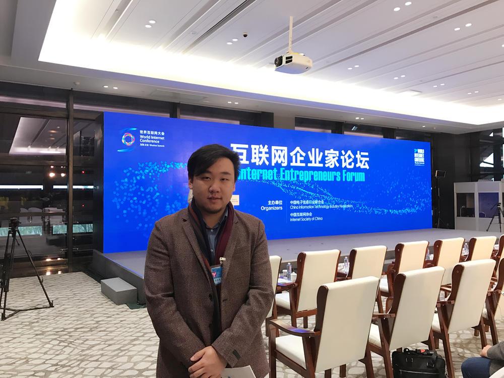 肖书阳可谓跨界之王,本科清华法学学士,读博时学管理,工作后做投资,他还是互联协会青年专家。
