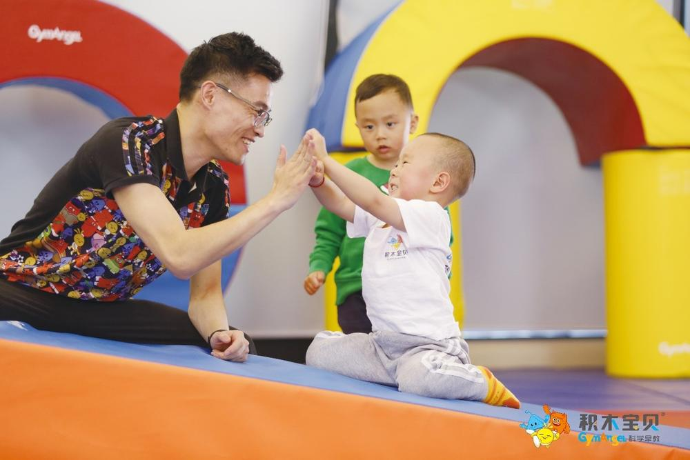 积木宝贝科学早教注重亲子互动。