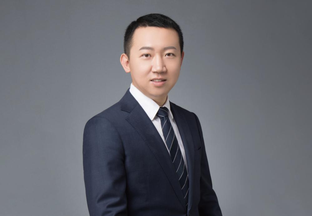 邓絮阳在美国留学多年,曾为美国公务员。