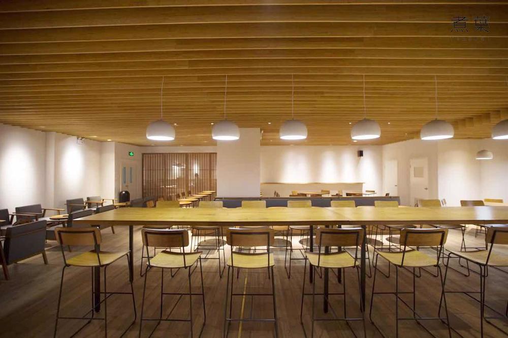 煮叶室内空间设计融合了东方美学元素。
