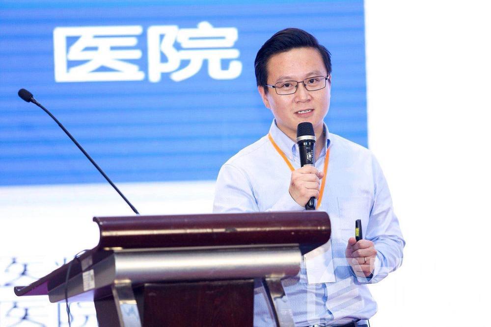 秦鹏出身于医学世家,家族在新加坡拥有近20年的诊所经营管理经验。