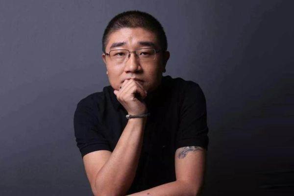 """刘强东曾经的一句""""谁不服徐雷,就是不服我"""",轻而易举地把徐雷这位北京爷们送上了舞台C位。"""