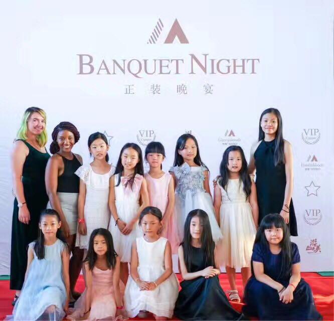 学员和导师一起参加游美的正装晚宴