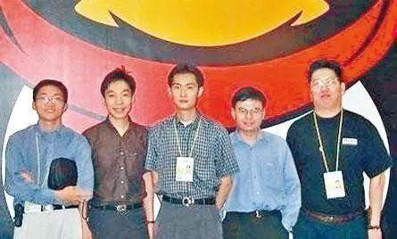 """腾讯的五位创始人的关系,可以说是公认的""""铁""""。马化腾、张志东、许晨晔、陈一丹四位从中学到大学一路都是同学,前三位在深圳大学时还都是计算机系的。校友圈之外,同事圈也很强大,三号创始人许晨晔挖来了他的前同事曾李青,五人一起创办了腾讯。"""